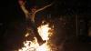 Obiceiuri laice în Noaptea Învierii: Localnicii mai multor sate au făcut ruguri și au ars anvelope