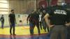 PUMNI şi AMENINŢĂRI CU PISTOLUL la campionatul Rusiei de lupte libere (VIDEO)
