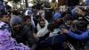 PUBLIKA WORLD: Violenţe între refugiaţi şi autorităţile de la frontiera dintre Grecia şi Macedonia (VIDEO)