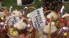 """""""Paștele pentru fiecare"""". 15 familii nevoiaşe din Izbiște au primit coșuri cu produse alimentare"""