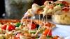 Prea mult caşcaval nu poate fi. Un local a gătit o pizza cu 257 de feluri de cașcaval