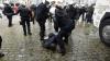 IMAGINI CARE VĂ POT AFECTA EMOŢIONAL! Un poliţist, rănit grav la cap în timpul unor manifestaţii