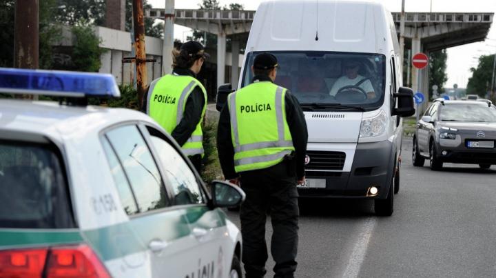 Poliția slovacă A DESCHIS FOCUL asupra unor migranți care încercau să fugă cu o mașină