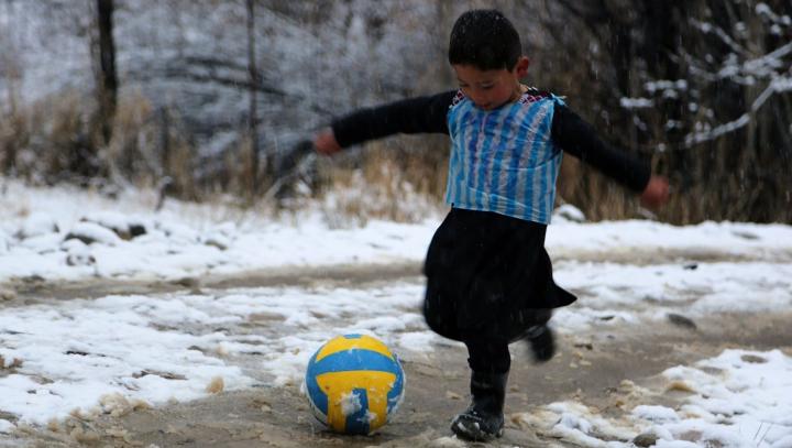 """""""Viaţa a devenit îngrozitoare!"""" Soarta băiatului care și-a făcut un tricou ca al lui Messi dintr-o pungă"""