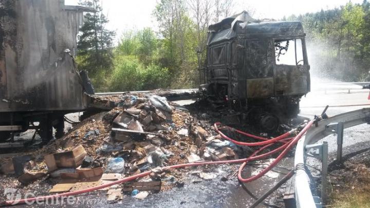 Un camion, înmatriculat în Republica Moldova, A ARS ÎN ÎNTREGIME pe o șosea din Franța (FOTO)