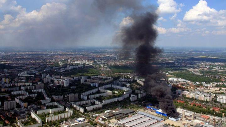 Incendiu de amploare la un mall din Berlin. Sute de pompieri, mobilizaţi să stingă focul (VIDEO)
