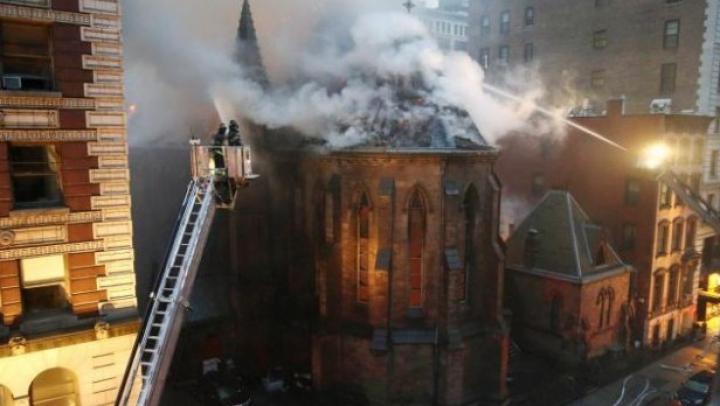 FOTOGRAFII cu biserica care a fost MISTUITĂ DE FLĂCĂRI în ziua de Paşti