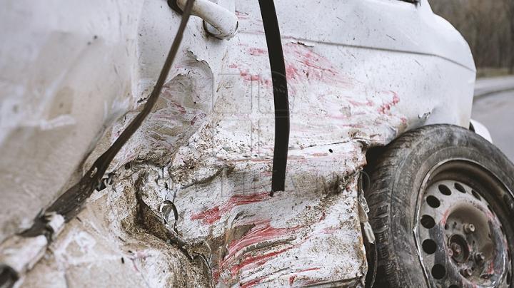 ACCIDENT GRAV. O mașină s-a făcut zob după ce s-a lovit într-un stâlp din Chișinău