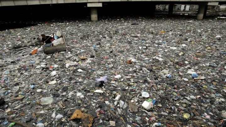 DEZASTRUOS! Capitala în care oamenii îşi trăiesc zilele lângă un râu plin de gunoaie (VIDEO)