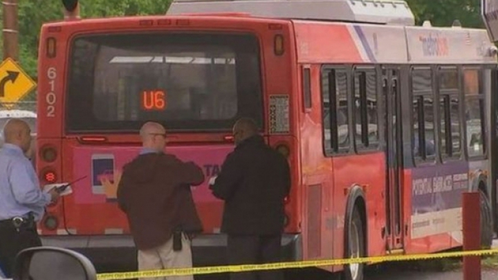 Un autobuz a fost deturnat, după ce şoferul a fost atacat cu o surubelniţă. O persoană a murit