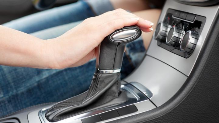 SFATURI UTILE: Cum se conduce corect o maşină care are cutie de viteze automată