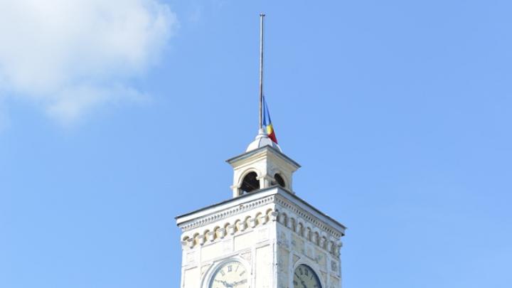 De ce a coborât Primăria Chişinău drapelele în bernă