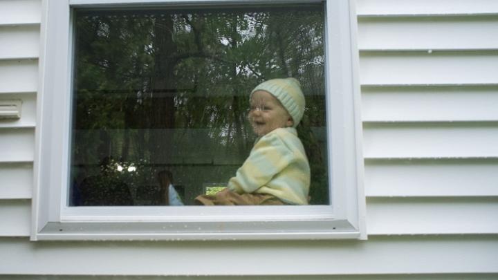 A rămas în viaţă! Un copil de doi ani din Rusia A CĂZUT de la etajul 10