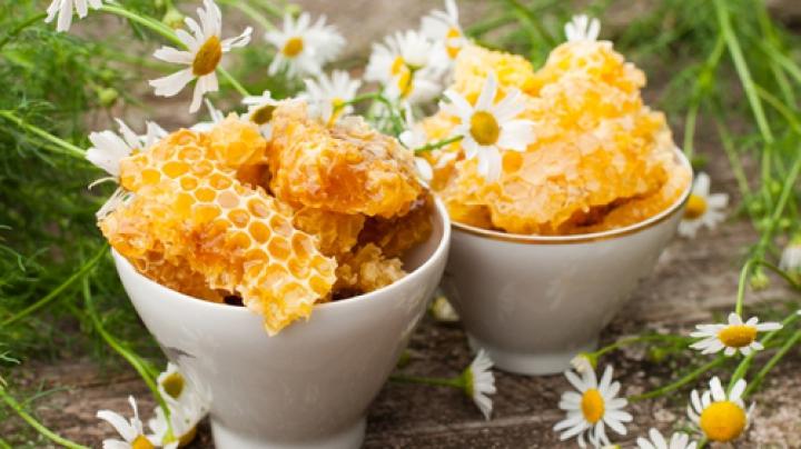 Trucuri UTILE! Ceara de albine poate fi deosebit de folositoare în casă