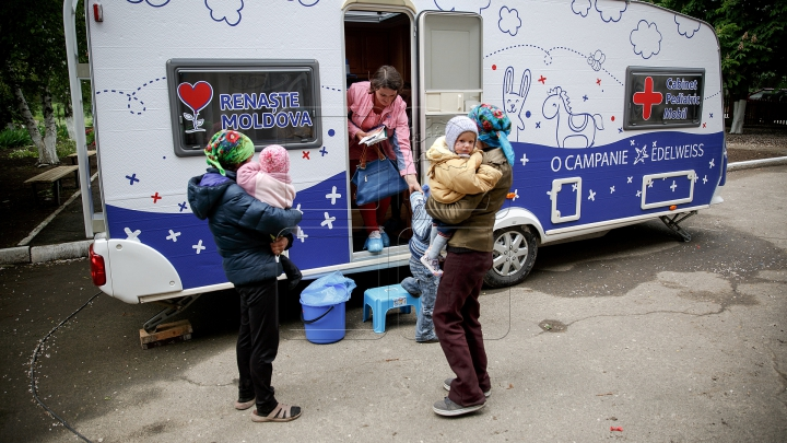 """Campania """"Renaşte Moldova"""" continuă! Copii din satul Crocmaz, consultaţi GRATUIT de medici (FOTOREPORT)"""