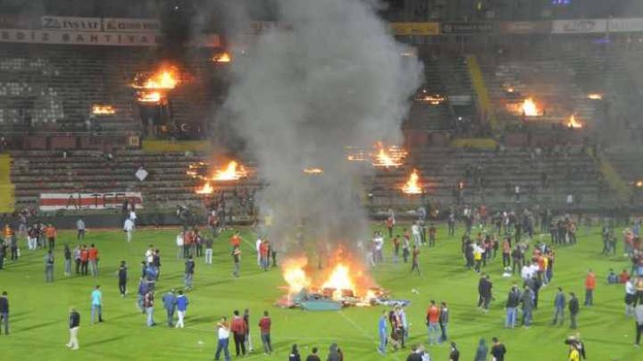 Fanii lui Eskișehir au dat foc stadionului după ce echipa favorită a retrogradat în liga a doua a Turciei