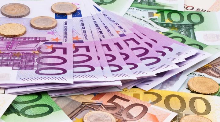 Îţi vine să râzi! Cauza pentru care o tânără a primit o factură la mobil de 16.000 de euro