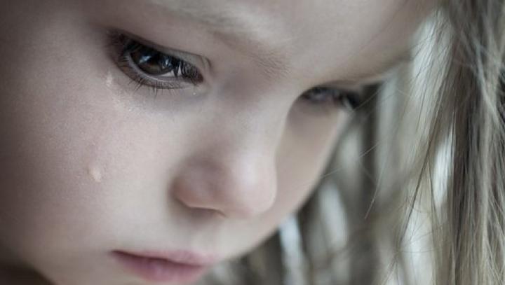 CAZ ŞOCANT în Germania. O fetiţă de cinci ani, găsită închisă, fără să poată vedea lumina zilei