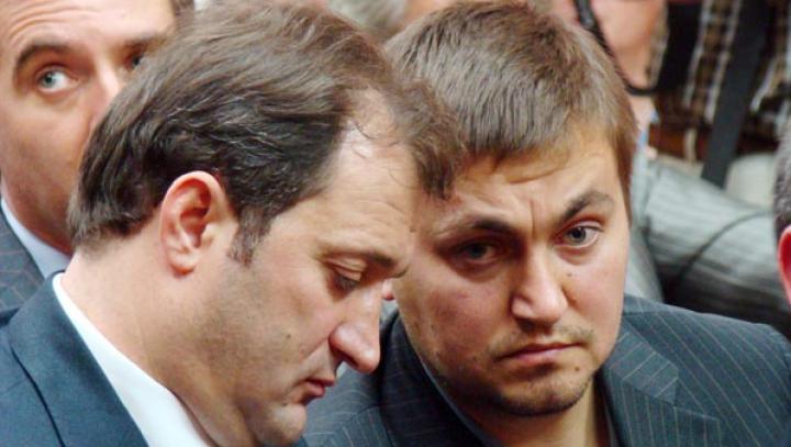 INVESTIGAŢIE: Cum au fost jefuiţi acţionarii celei mai mari bănci din Moldova