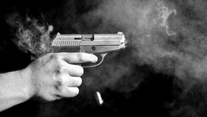 ATAC ARMAT! Un bărbat a deschis focul în faţa unui service auto