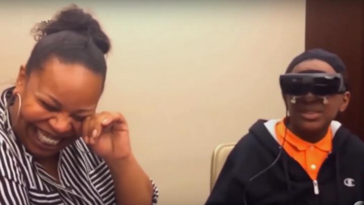 VIDEO EMOȚIONANT: Un copil orb și-a văzut pentru prima dată mama, datorită unor ochelari electronici