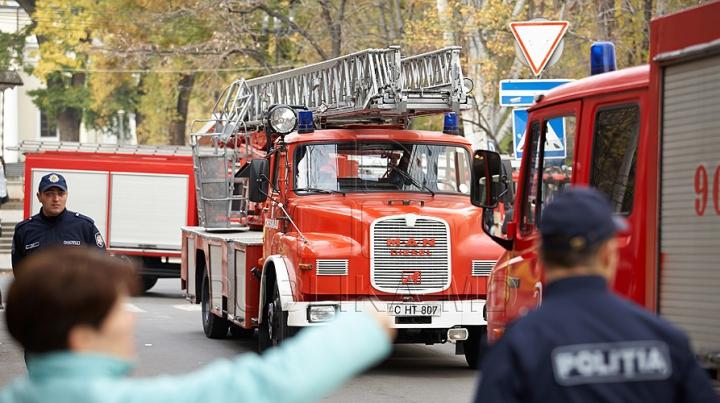 Pompierii, în alertă. INCENDIU pe strada Petricani din Capitală (FOTO)
