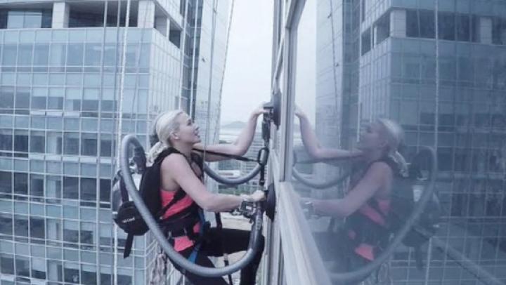 INCREDIBIL! O alpinistă a escaladat o clădire cu ajutorul a DOUĂ ASPIRATOARE (VIDEO)
