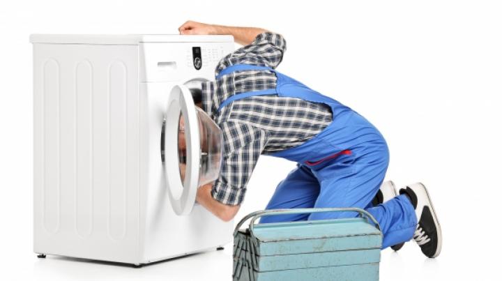 INCREDIBIL! Ce i s-a întâmplat unui bărbat, care a încercat să repare mașina de spălat