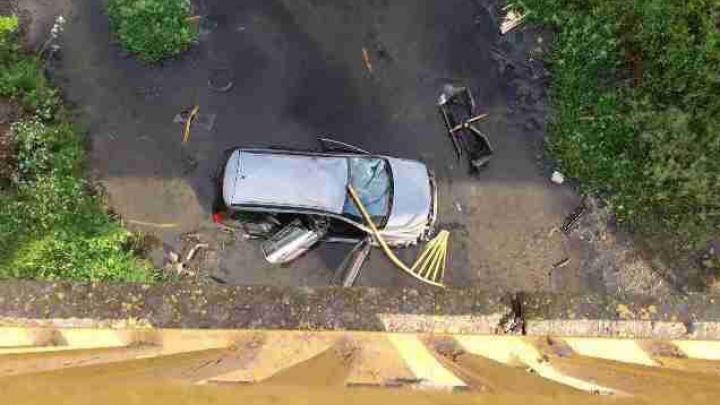 GRAV ACCIDENT pe traseul Chişinău - Dubăsari! O maşină a căzut de pe pod (FOTO)