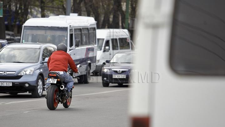EROUL DIN TRAFIC! Gestul pentru care un motociclist a fost sărutat de o femeie (VIDEO)