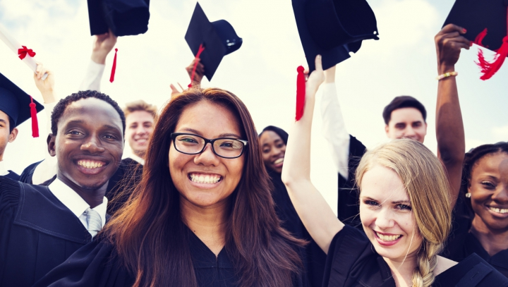 GATA cu tradiţiile! O universitate britanică le interzice absolvenţilor să îşi mai arunce în aer tocile