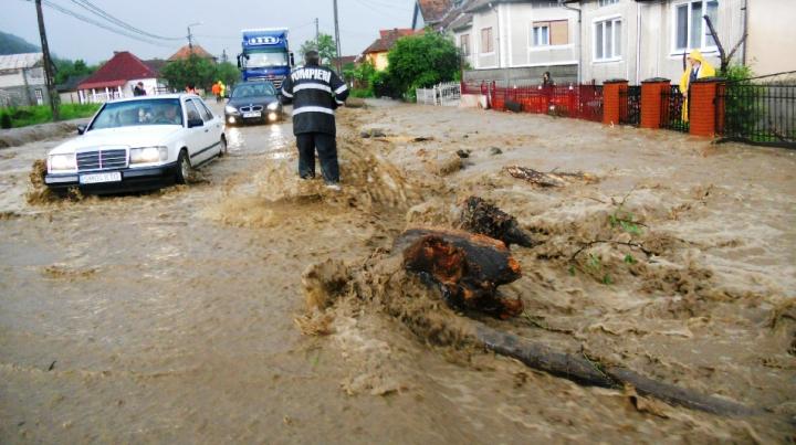 PLOI TORENŢIALE în România. Zece mașini au fost luate de ape şi mai multe case inundate (VIDEO)