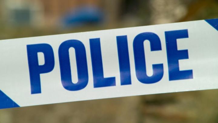 Doi traficanţi de droguri şi-au format un scut uman pentru a scăpa de poliţişti (VIDEO)