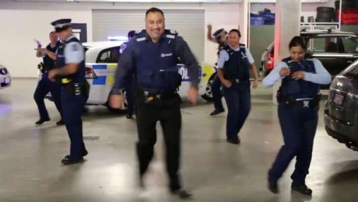 PROVOCAREA poliţiştilor din mai multe ţări! Oamenii legii dansează pe un hit al anilor 90 (VIDEO)