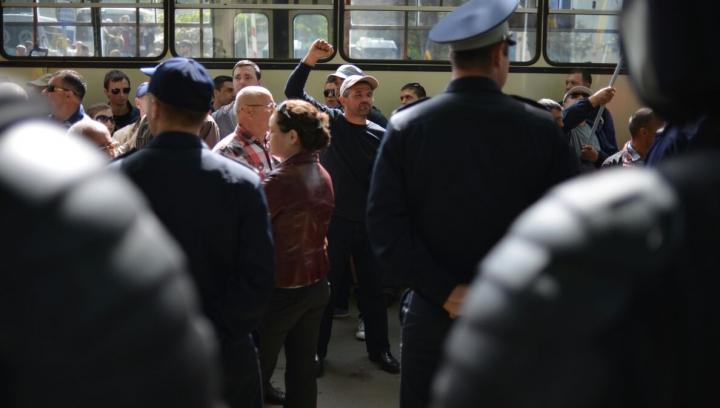 ULTIMA ORĂ! Poliţia face percheziţii la domiciliile manifestanţilor violenţi de la protestul din 24 aprilie