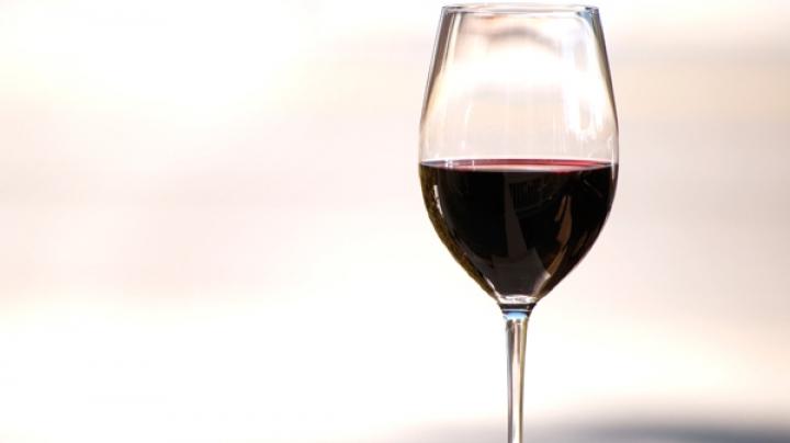 BINE DE ŞTIUT! Ce boli poate alunga un pahar de vin roșu