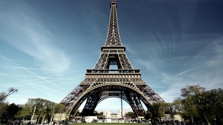 Turnul Eiffel a fost LOVIT DE UN FULGER. Imaginea a făcut înconjurul lumii