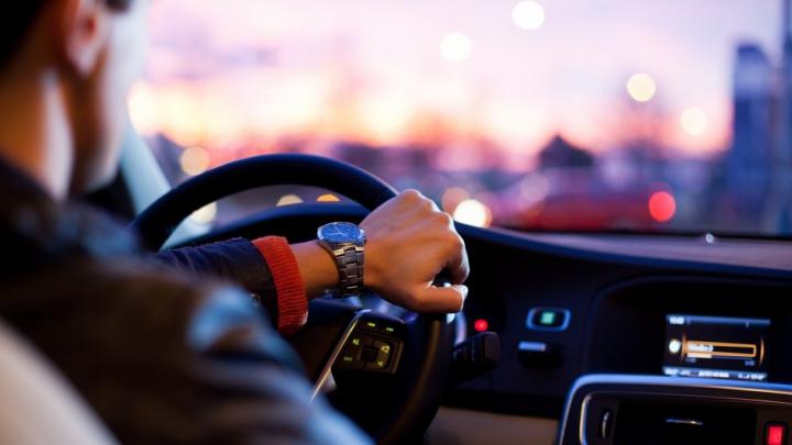 TEST UIMITOR: Ce fel de şofer eşti după cum îţi ţii mâinile pe volan