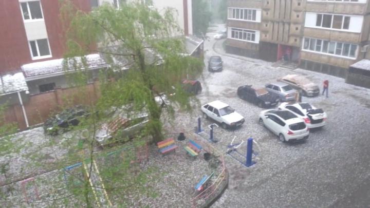 AMUZANT: Cum și-au apărat mașinile împotriva grindinei, locuitorii unei regiuni din sudul Rusiei (VIDEO)