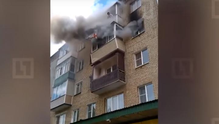 IMAGINI ŞOCANTE! O familie a sărit de la ETAJUL PATRU pentru a se salva de INCENDIU (VIDEO)
