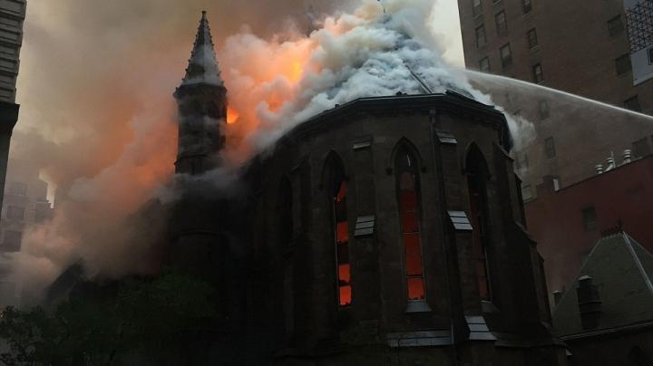 INCIDENT TRAGIC: O catedrală ortodoxă, DISTRUSĂ într-un incendiu la New York (VIDEO)