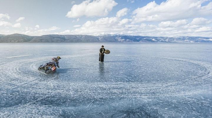 Un campion mondial a făcut spectacol cu motocicleta pe gheața lacului Baikal