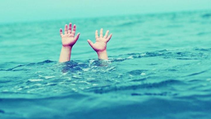 TRAGEDIE la Sângerei! Un copil, lăsat în grija bunicii, A MURIT ÎNECAT în lacul din localitate