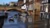 Un tânăr a devenit VEDETĂ în urma unui PARIU! Ce a făcut acesta pe străzile inundate ale Londrei (VIDEO)