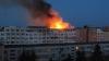 Incendiu de PROPORŢII la Bacău! Arde mansarda unui bloc cu opt etaje (VIDEO)