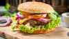 DEZGUSTĂTOR! Ce a descoperit un client din Chişinău într-un hamburger pe care l-a muşcat (FOTO)