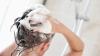 Ţi se îngraşă părul foarte repede? Iată unde greşeşti atunci când te speli pe cap