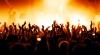 Un rocker s-a prăbușit pe scenă, în timpul unui concert. Oamenii i-au sărit în ajutor (VIDEO)