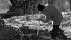 ŞOCANT! Un bărbat, îngropat de viu de mai mulți soldați (IMAGINI CARE VĂ POT AFECTA EMOŢIONAL)