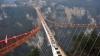 Test de rezistență pentru cel mai lung pod din sticlă din lume. Ce a făcut un prezentator
